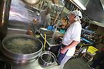 A Niseko  Rie Sumiye ha lasciato il redditizio lavoro di maestro di sci per aprire un ristorante di &quot;soba&quot; una dei pi&ugrave; tradizionali cibi giapponesi: sottili tagliolini di grano saraceno serviti in genere con alghe marine, wasabi e porri tagliati a fette<br /> &copy; Paolo della Corte