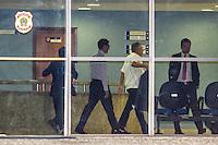 CURITIBA, PR, 18.11.2014 - LAVA-JATO / POLICIA FEDERAL/ CURITIBA - Executivos presos na sétima fase da operação Lava-Jato, são liberados pelo Policia federal na noite desta terça-feira(17), em Curitiba.(Foto: Paulo Lisboa / Brazil Photo Press)
