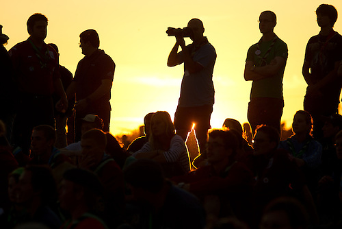 Scouts walking to the IST opening ceremony in the sunset. Photo: Magnus Fröderberg/Scouterna
