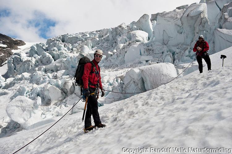 To personer fra taulag på Bødalsbreen. ---- Rope team on the glacier Bødalsbreen.