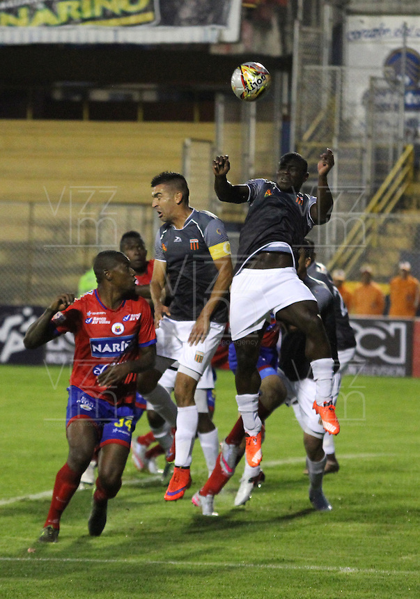 PASTO - COLOMBIA -25-02-2016: Cristian Nazarit (Izq.) jugador de Deportivo Pasto disputa el balón con Jonny Mosquera (Der.) jugador del Envigado FC, durante partido Deportivo Pasto y Envigado FC,  por la fecha 6 de la Liga Aguila I 2016, jugado en el estadio Libertad de la ciudad de Pasto.  / Cristian Nazarit (L) player of Deportivo Pasto fights for the ball with Jonny Mosquera (R) player of Envigado FC, during a match Deportivo Pasto and Envigado FC, for the date 6 of the Liga Aguila I 2016 at the Libertad stadium in Pasto city. Photo: VizzorImage. /Leonardo Castro / Str.