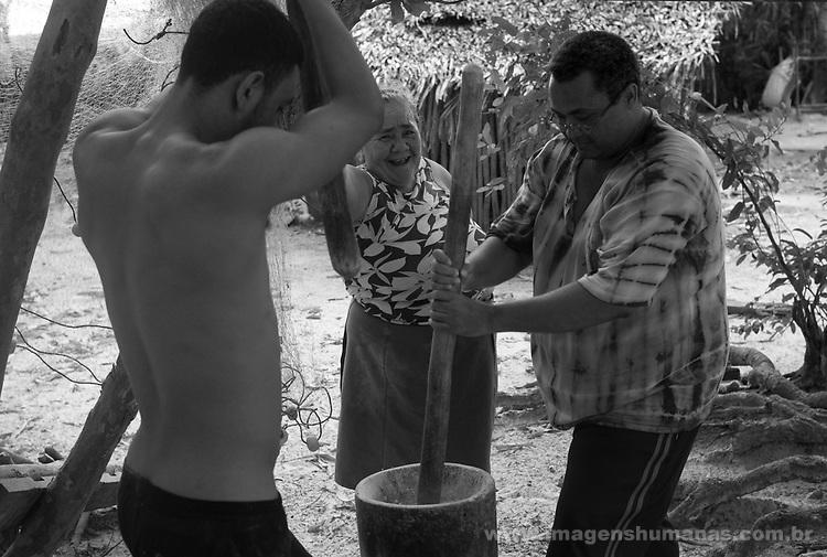 Quilombo Agrovila Marudá, Alcantara, Maranhão.Sérvulo Borges . Quilombolas pilando farinha puba