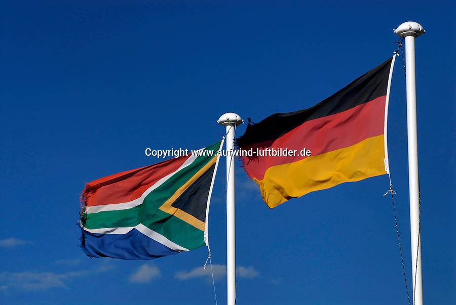 Suedafrika Deutschland: AFRIKA, SUEDAFRIKA, 17.12.2007: Flagge der Republik Suedafrika , Afrika, Suedafrika, Orange Free State, Gariepdam, Fahne, fahnen, Flagge, Flaggen, Symbol, suedafrikanische, Nationalfahne, Nationalflagge, wehen, Mast, wehend, windig, Himmel, blau, blauer, Fahnenmast # africa, blue, bluer, breezy, contractions, drafty, ensign, ensigns, fattening, flag, flagpole, flags, flagstaff, heaven, mast, national flag, pylon, sky, south africa, symbol, tag, windily, windy, Deutschlandfahne, Flagge, Symbol, Nationalitaet, nationales Selbstbewusstsein, nationale Identitaet, Fahne, Nationalsymbol, Deutschtum, Nationalstolz, Deutsche, Fussballweltmeisterschaft in Suedafrika mit deutscher Beteiligung,  Aufwind-Luftbilder