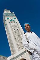 Afrique/Afrique du Nord/Maroc /Casablanca: la Grande Mosquée Hassan II et jeune fille [Non destiné à un usage publicitaire - Not intended for an advertising use]