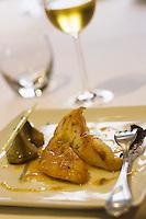 """Europe/France/Aquitaine/64/Pyrénées-Atlantiques/Biarritz: Saint-Pierre grillé en infusion d'agrumes  et citronnelle, avec artichaut poivrade - Recette de  Bruno Locatelli Restaurant """"Les Platanes"""""""