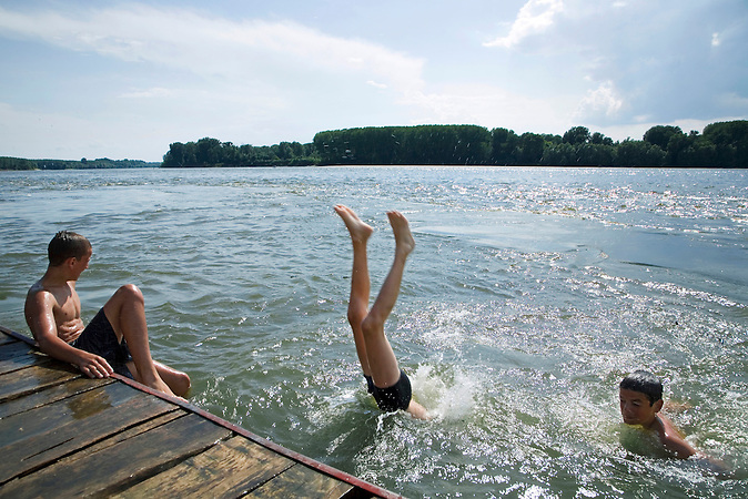 Apatin, Vojvodina, Serbien, 02.06.2007 : Ein Jugendlicher springt per Kopfsprung in die Donau, die die Grenze zu Kroatien bildet.<br />Apatin, Vojvodina, Serbien, 02.06.2007: A youth jumping into the Danube, marking the border to Croatia.<br /><br /> [ CREDIT: www.throughmyeyes.de - Merlin Nadj-Torma - phone +49-177-8279119 - merlin@throughmyeyes.de ]