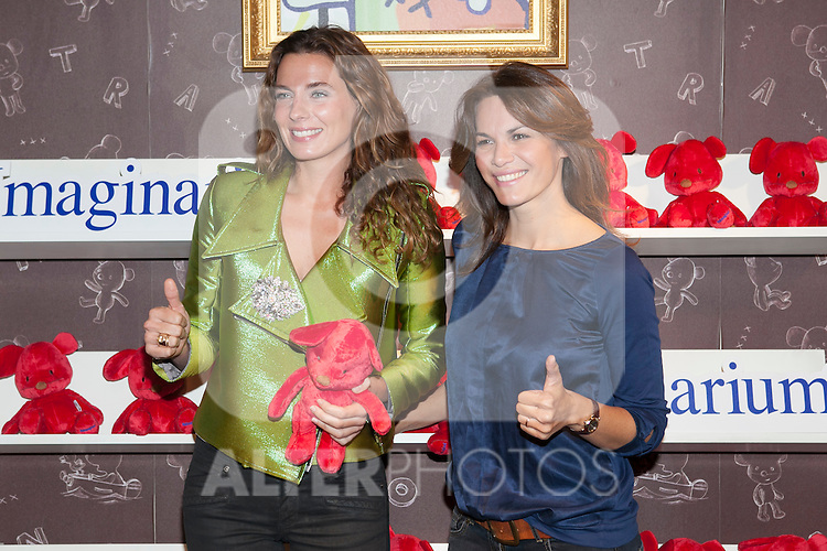 Fabiola Martinez (R) and Alejandra Osborne pose during the Kiconico Red solidary project in Madrid, Spain. November 12, 2014. (ALTERPHOTOS/Victor Blanco)