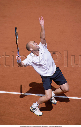 ANDRE AGASSI (USA), French Open Tennis, Roland Garros, 010531. Photo: Neil Tingle/Action Plus...2001.serves serve serving service.man