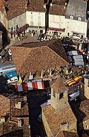 Europe/France/Aquitaine/24/Dordogne/Les Bastides du Périgord/Périgord Noir/Belvès:: Jour de marché sur la place d'Armes avec sa halle XV e et son beffroi  , Vue aérienne
