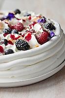 Pavlova à la Violette et aux fruits rouges - recette de Christian Constant