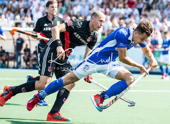 UTRECHT -  Jasper Luijkx (Kampong) met Justin Reid-Ross (A'dam)    tijdens   de finale van de play-offs om de landtitel tussen de heren van Kampong en Amsterdam (3-1). Kampong kampong kampioen van Nederland. COPYRIGHT  KOEN SUYK