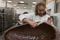Europe/France/Ile de France/92/Hauts-de-Seine/Sceaux: Patrick Roger Chocolatier Meilleur Ouvrier de France prépare des oeufs  en chocolat [Non destiné à un usage publicitaire - Not intended for an advertising use]