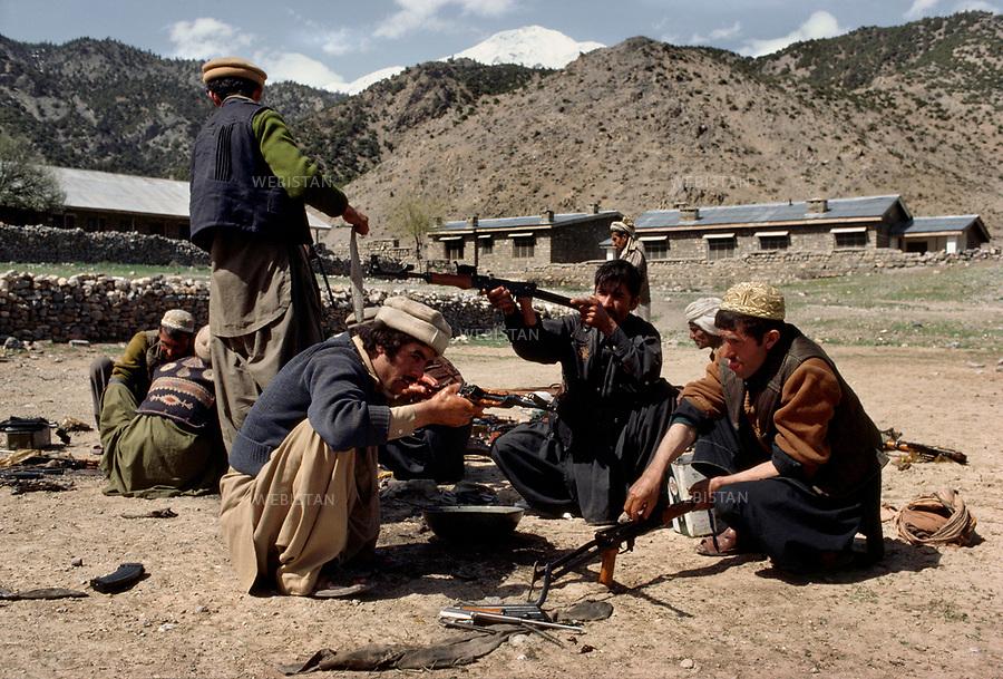 Afghanistan. 1983. Mujahideen prepare their guns in their training camp during the Soviet invasion of Afghanistan (1979-1989). <br /> <br /> Afghanistan. 1983. Des Moudjahidin pr&eacute;parent leurs armes dans leur camp d'entra&icirc;nement pendant la guerre d'Afghanistan (1979-1989).