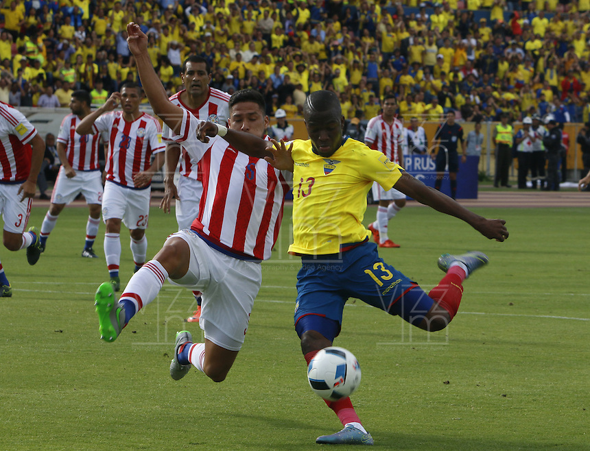 QUITO - ECUADOR - 24-03-2016: Enner Valencia (Der.) jugador  de Ecuador disputa el balón con Bruno Valdez (Izq.) jugador de Paraguay, durante entre los seleccionados de Ecuador y Paraguay, partido válido por la fecha 5 de la clasificación a la Copa Mundo FIFA 2018 Rusia jugado en el estadio Olímpico Atahualpa en Quito. /  Enner Valencia (R) player of Ecuador struggles the ball with Bruno Valdez (L) player of Paraguay during a match between Ecuador and Paraguay valid for the date 5 of 2018 FIFA World Cup Russia Qualifier played at Olimpico Atahualpa stadium in Quito. Photo: VizzorImage / Rolando Enriquez / Agencia Cronistas Gráficos