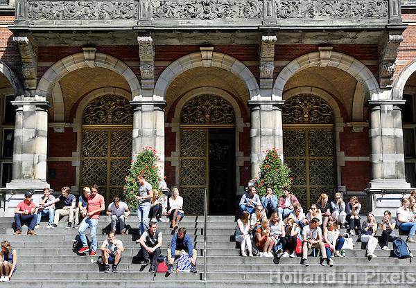 Groningen. Studenten zittten op de trappen van het Academia gebouw