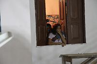 Hilton Costa, 23, e um adolescente de 15 anos mantém refén durante assalto.<br /> <br /> Moradores de uma casa, localizada na WE 67, na Cidade Nova VI, em Ananindeua, viveram momentos de tensão na madrugada de ontem. Dois homens, sendo um adolescente, invadiram a casa e fizeram três pessoas de uma mesma família reféns por cerca de uma hora.<br /> Belém, Pará, Brasil<br /> Foto Cláudio Pinheiro<br /> 28/05/2012