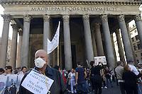 Roma, 17 Ottobre 2012.Manifestazione dei comitati cittadini contro l'ipotesi della discarica a Valle Galeria..Sit in al Pantheon e poi davanti a Montecitorio..Un abitante di Valle Galeria malato di leucemia