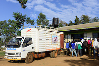 KENYA, County Bungoma, village Tongaren, NADAFA Naitiri Dairy Farmers Co-op Society Ltd., farmer supply mfresh milk in the morning / KENIA, NADAFA Molkerei, Farmer liefern Milch an