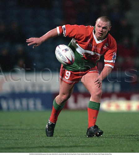 KEIRON CUNNINGHAM passes the ball, WALES 22 v Australia 46, World Cup Semi-Final, Huddersfield, 001119. Photo: Neil Tingle/Action Plus....2000.rugby league.international.club clubs.pass passing