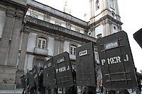 RIO DE JANEIRO, RJ, 11 JULHO 2013 - DIA NACIONAL DE LUTA - Presença da Polícia Militar na passeata do dia nacional de luta na Candelária no centro do Rio de Janeiro nessa, quinta 11. (FOTO: LEVY RIBEIRO / BRAZIL PHOTO PRESS)