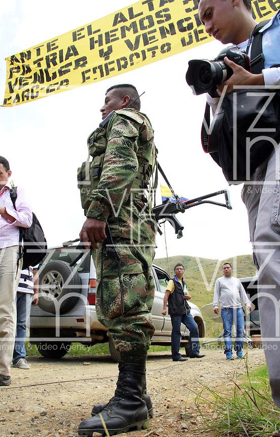MONTEALEGRE - COLOMBIA - 15-02-2013: Miembros de la prensa esperan la liberación de Cristian Camilo Yate, Víctor González agentes de la Policía Nacional, que fueron secuestrados por las Fuerzas Armadas Revolucionarias de Colombia (FARC), en Montenegro, Departamento del Cauca, febrero 15 de 2013. Yate y González,  fueron liberados luego de permanecer tres semanas en poder de las FARC, los agentes fueron entregados a la misión humanitaria conformada por el Comité Internacional de la Cruz Roja y la ONG Colombianas y Colombianos por la Paz. (Foto: VizzorImage / Cont.). Members of the media await the release of Cristian Camilo Yate, Victor Gonzalez National Police, who were abducted by the Revolutionary Armed Forces of Colombia (FARC), in Montenegro, Department of Cauca, February 15, 2013. Yacht and Gonzalez, were released after spending three weeks in FARC captivity, the agents were given to the humanitarian mission made ??by the International Committee of the Red Cross and the NGO Colombians for Peace. (Photo: VizzorImage / Cont)..