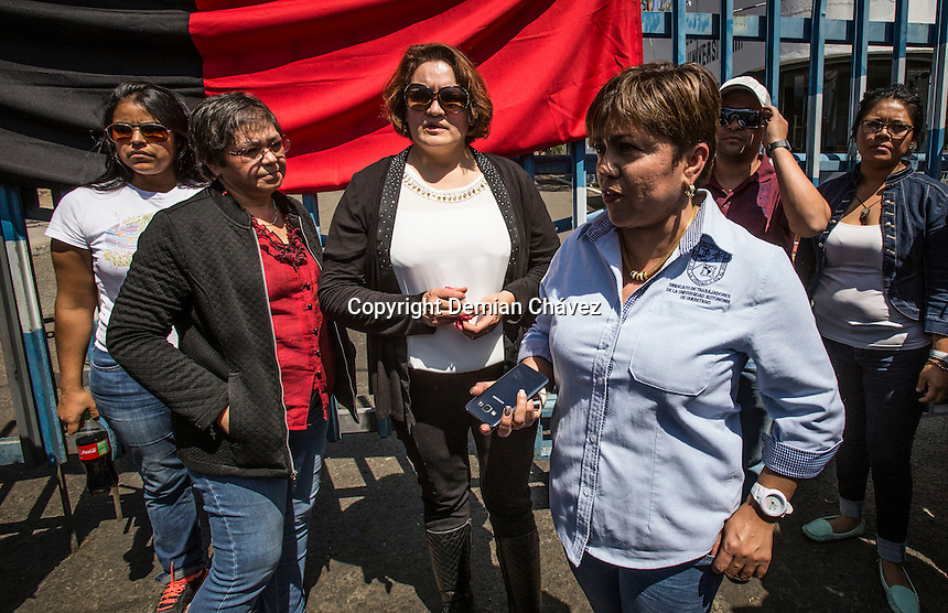 <br /> Quer&eacute;taro, Quer&eacute;taro. 4 de marzo de 2016.- este mediod&iacute;a fueron puestas<br /> las banderas rojinegras dando inicio la huelga del sindicato de<br /> trabajadores y empleados de la Universidad aut&oacute;noma de Quer&eacute;taro<br /> (STEUAQ). Su dirigente, Laura Leiva indic&oacute; a medios de comunicaci&oacute;n que<br /> la huelga se lleva acabo dado que la rector&iacute;a no ofrece las condiciones<br /> para entablar el di&aacute;logo y corregir los abusos y violaciones al<br /> contrato colectivo.<br /> La dirigente &uacute;nico que el di&aacute;logo deber&aacute; ser directo con el rector de la<br /> m&aacute;xima casa de estudios, Gilberto Herrera Ruiz y no con el<br /> intermediarios de la rector&iacute;a.<br /> Foto: Demian Ch&aacute;vez