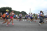 SAO PAULO, SP, 17.05.2015 - MARATONA-SP - Corredores participam da XXI Maratona Internacional de São Paulo, na manhã deste domingo dia 17, com largada iniciada no Obelisco do Parque do Ibirapuera. ( Foto Amauri Nehn/Brazil Photo Press)