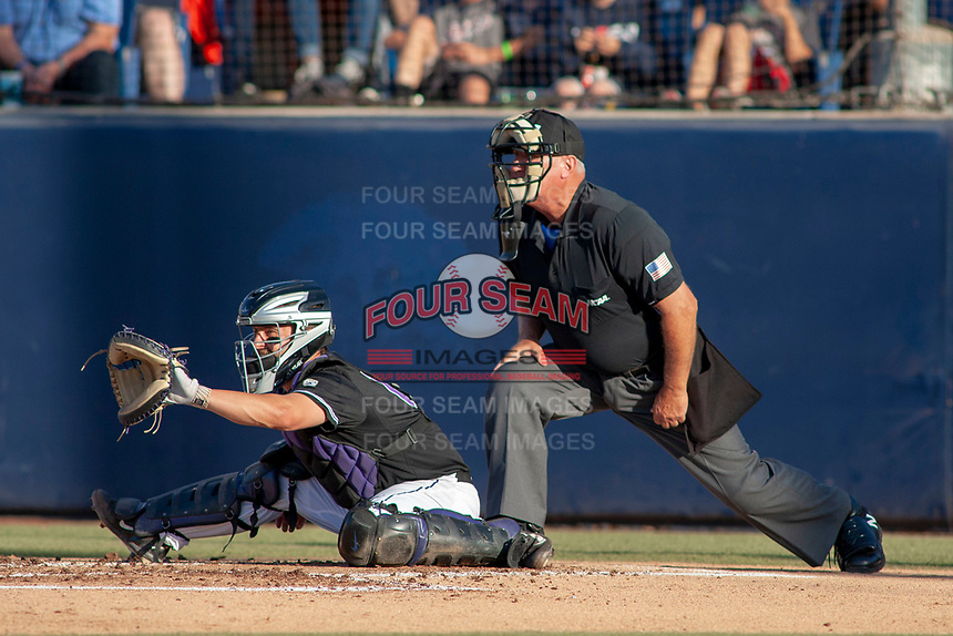 University of Washington Huskies Nick Kahle (16) sets a target during the game against the Cal State Fullerton Titans at Goodwin Field on June 10, 2018 in Fullerton, California. The Huskies defeated the Titans 6-5. (Donn Parris/Four Seam Images)