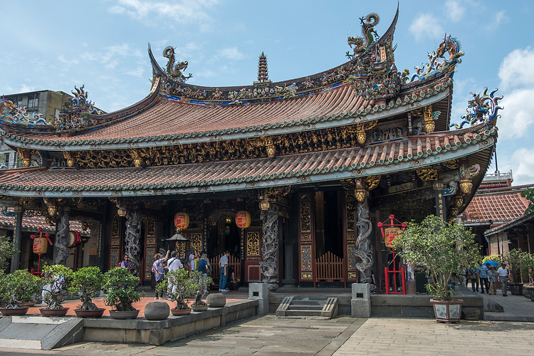 Pao An Temple, dedicated to god of medicine, was restored in 2002. In olden days people would go there to get medicine for ailments. It has many dragons carved on the roof and pillars and is a Tao temple, thus statues of Confucius ,<br />