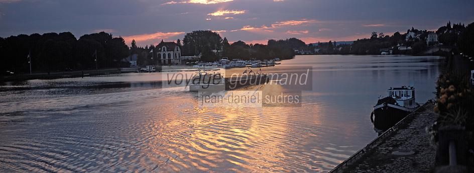 Europe/France/89/Bourgogne/Yonne/Joigny: Péniche dans la lumière du soir sur la vallée de l'Yonne