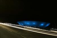 BRASÍLIA, DF, 02.11.2016 – NOVEMBRO-AZUL – O prédio do Tribunal de Contas da União e o Congresso Nacional colorido em azul para a Campanha Novembro Azul que alerta os homens para o exame do câncer de próstata, na noite desta quarta-feira, 02. Muitos monumentos e prédios do governo ainda não foram coloridos até o momento.  (Foto: Ricardo Botelho/Brazil Photo Press)