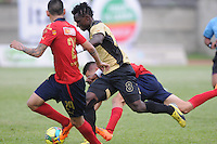ITAGÜÍ -COLOMBIA-23-02-2014. Yhon Mosquera (Der.) jugador de Itagui disputa el balón con Gilberto Olarte (Izq.) jugador del Medellin durante partido de la septima fecha de la Liga Postobon I 2014, jugado en el estadio Metropilitano de la ciudad de Itagui. / Yhon Mosquera (R)  player of Itagui fights for the ball with Gilberto Olarte (L) player of Medellin during a match for the 7th date of the Liga Postobon I 2014 at the Metropilitano stadium in Itagui city.  Photo:VizzorImage/Luis Ríos/STR