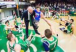 S&ouml;dert&auml;lje 2015-04-10 Basket SM-Semifinal 5 S&ouml;dert&auml;lje Kings - Sundsvall Dragons :  <br /> S&ouml;dert&auml;lje Kings tr&auml;nare headcoach coach Vedran Bosnic med sitt barn g&ouml;r high five med S&ouml;dert&auml;lje Kings spelare efter matchen mellan S&ouml;dert&auml;lje Kings och Sundsvall Dragons <br /> (Foto: Kenta J&ouml;nsson) Nyckelord:  S&ouml;dert&auml;lje Kings SBBK T&auml;ljehallen Sundsvall Dragons jubel gl&auml;dje lycka glad happy
