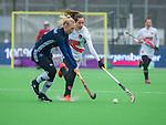 AMSTELVEEN -  Daphne van der Vaart (Pin) met Felice Albers (A'dam)  tijdens de hoofdklasse competitiewedstrijd dames, Pinoke-Amsterdam (3-4). COPYRIGHT KOEN SUYK