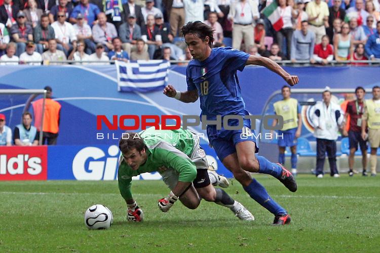 FIFA WM 2006 -  Gruppe E Vorrunde ( Group E )<br /> Play   #41 (22-Jun) - Tschechien - Italien<br /> <br /> Filippo Inzaghi auf dem Weg zum  0:2,. Keeper Petr Cech ohne Chance<br /> <br /> Foto &copy; nordphoto