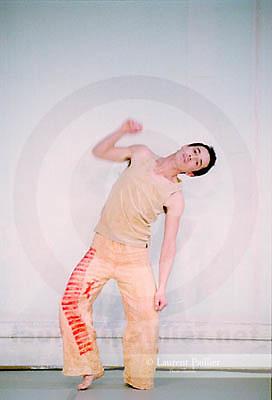 Si c'est un nègre / Autoportrait<br /> <br /> Chorégraphie : Faustin Linyekula<br /> Danse : Sylvain Prunenec<br /> au studio CND<br /> le 28/01/2004<br /> © Laurent Paillier / photosdedanse.com<br /> All rights reserved
