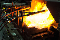 Arezzo: colata di oro fuso per ricavarne lingotti all'interno dello stabilimento Chimet. L'azienda recupera metalli preziosi (oro, platino, palladio, iridio, argento) da materiali di scarto come catalizzatori di marmitte, batterie, contatti elettrici di cellulari, computer o materiali di scarto industriale.<br /> <br /> Arezzo: The Chimet company recovers precious metals (gold, platinum, palladium, iridium, silver) from waste materials such as catalysts, mufflers, batteries, electrical contacts to phones, computers or industrial waste materials.