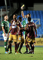 CALI - COLOMBIA -10-04-2014: Leevan Suarez, arbitro, muestra tarjeta amarilla a Breiner Bonilla (Cent.) jugador de Deportes Tolima durante  partido Deportivo Cali y Deportes Tolima por la fecha 16 de la Liga Postobon I 2014 en el estadio Pascual Guerrero de la ciudad de Cali.  / Leevan Suarez, referee, shows yellow card to Breiner Bonilla (C), player of Deportes Tolima during a match between Deportivo Cali and Deportes Tolima for the date 16th of the Liga Postobon I 2014 at the Pascual Guerrero stadium in Cali city. Photo: VizzorImage / Luis Ramirez / Staff.
