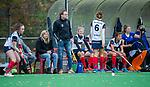 HUIZEN - Hockey - De bank van Huizen met oa coach Boaz Janssen (HUI) , assistent coach Kim Lammers (HUI) Hoofdklasse hockey competitie, Huizen-Bloemendaal (2-1) . COPYRIGHT KOEN SUYK