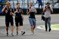 SAO PAULO, SP, 22.11.2013 - F1 - GP BRASIL - TREINOS LIVRE - <br />  O piloto alemão Sebastian Vette (de bermuda azul) da equipe Red Bull, participa da primeira sessão de treinos livres para o Grande Prêmio do Brasil de Fórmula 1, no Autódromo de Interlagos, na zona sul de São Paulo, nesta sexta-feira (22). Vettel ficou com o terceiro tempo ao marcar 1min25s387. A prova está marcada para domingo. (FOTO: LUCAS GORYS / BRAZIL PHOTO PRESS).