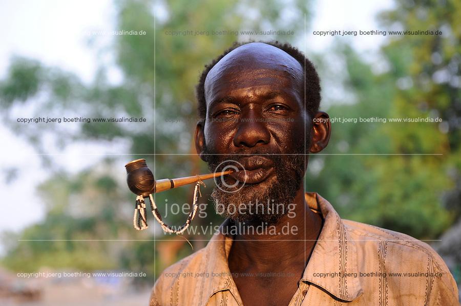 South Sudan, Rumbek, Dinka man smoking tobacco pipe / SUEDSUDAN Rumbek , Dinka Mann raucht Tabakpfeife