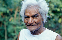 INDIA Murlidhar Devidas Amte, called Baba Amte, (born 1914 - died 2008), social activist, founder of Ashram for leper, Maharogi Sewa Samiti, Warora (MSS), headquartered at Anandwan in Chandrapur district and protester against Narmada dams, photo taken 1993 in Kasravad at Narmada river / INDIEN Baba Amte
