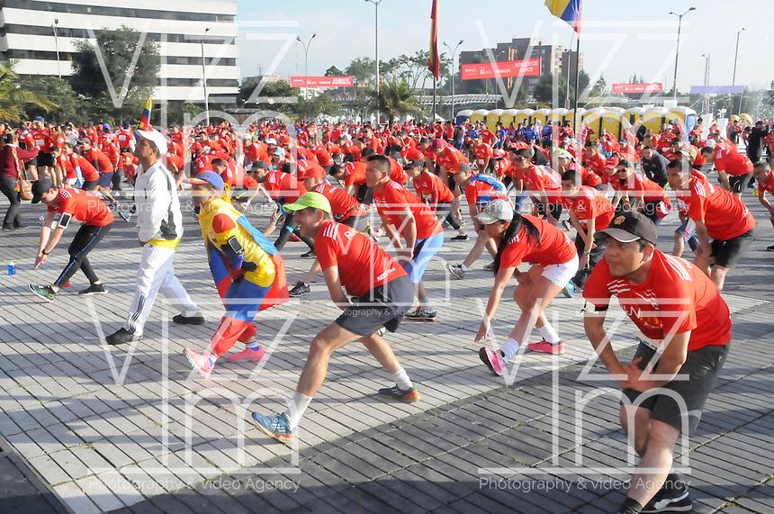 BOGOTA - COLOMBIA - 15-03-2015: Cerca de 10000 atletas participaron en la tercera versiÛn del Avianca RunTour 2015, por las calles de Bogota. Avianca impulsado a promover el atletismo como deporte universal, al tiempo contribuye a la salud de los niÒos de escasos recursos econÛmicos que requieren atenciÛn medica y quir?rgica especializada, es asi como Avianca entrega a la Fundacion Cardio Infantil los dineros recaudados para la dotaciÛn de la Unidad de Cuidados Intensivos de Neonatos. / Nearly 10,000 athletes participated in the third version of Avianca RunTour 2015, in the streets of Bogota. Avianca driven to promote athletics as universal sport, while contributing to the health of children of low income who require specialized medical and surgical care, is also Avianca delivery to the Fundacion Cardio Infantil, the monies raised for the endowment of the unit Neonatal Intensive Care. Photo: VizzorImage / Luis Ramirez / Staff.