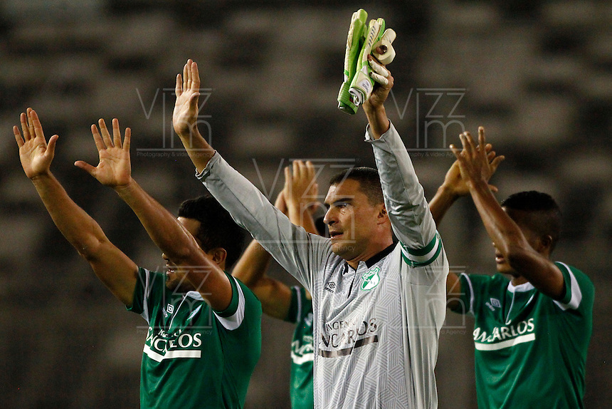SANTIAGO-CHILE -19-02-2014. El arquero de Deportivo Cali de Colombia Farid Mondragon, centro, saluda a los hinchas antes del partido de segunda fase, grupo 3 de la Copa Libertadores de America contra O'Higgins de Chile disputado en el estadio Monumental de Santiago, Chile./ Deportivo Cali's of Colombia goalkeeper Farid Mondragon, center, waves to the fans prior to the second phase, group 3 of the Copa Libertadores championship football match against O'Higgins of Chile held at Monumental stadium in Santiago, Chile.   Photo: VizzorImage/ Andres Pina /Photosport