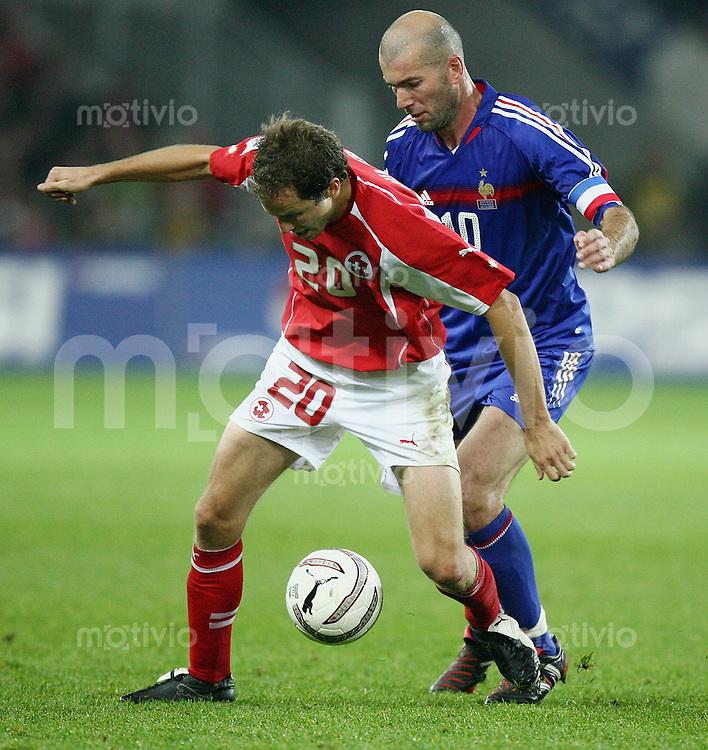 Fussball International WM Qualifikation Schweiz 1-1 Frankreich Patrick Mueller (SUI,li) gegen Zinedine Zidane (FRA)