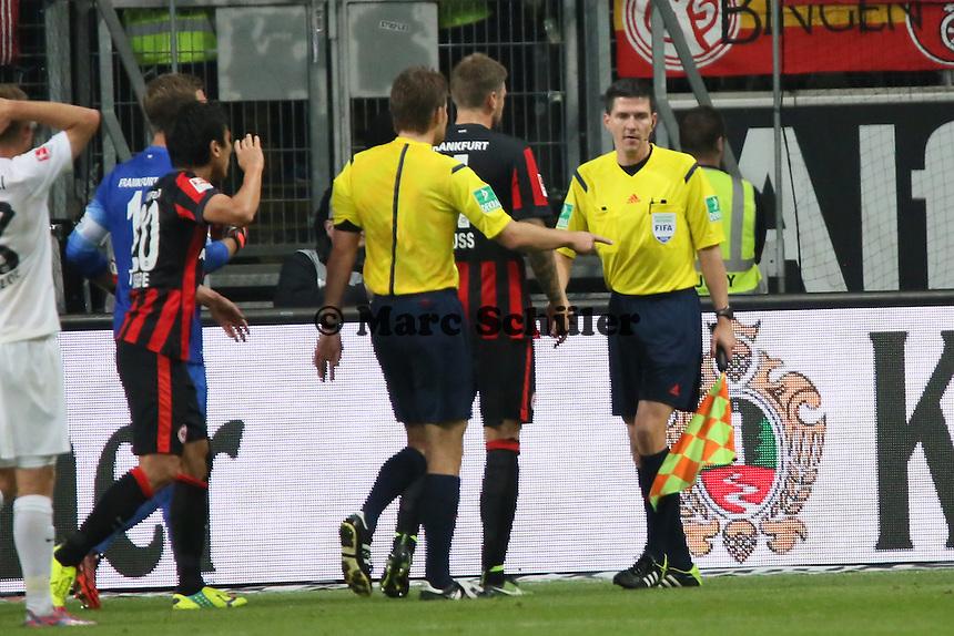 Schiedsrichter Dr. Felix Brych entscheidet auf Elfmeter gegen die Eintracht, konsultiert aber den Linienrichter - Eintracht Frankfurt vs. 1. FSV Mainz 05, Commerzbank Arena