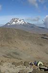 A l est, les parois du Mawenzi depuis le campement de Barafu (4100 m) Pour les geologues, le Kilimandjaro est forme par trois anciens volcans distincts, Kibo (5895 m), Mawenzi (5149m) et Shira (3962 m)