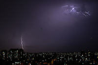 GUARULHOS,SP - 14.01.14 - RAIOS E CHUVA EM GUARULHOS/SP. Raios e chuva na cidade de Guarulhos/SP, na noite desta terça-feira, (14). (Foto: Geovani Velasquez / Brazil Photo Press)