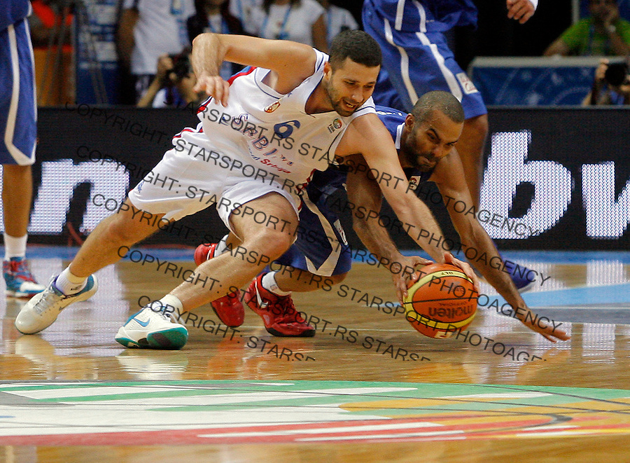 French national basketball team player Tony Parker fights for the ball with Serbian Aleksandar Rasic during round 1, Group B, basketball game between Serbia and France in Lithuania, Siauliai, Siauliu arena, Eurobasket 2011, Monday, September 5, 2011. (photo: Pedja Milosavljevic/SIPA PRESS)