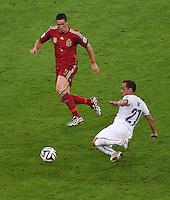 FUSSBALL WM 2014  VORRUNDE    Gruppe B     Spanien - Chile                           18.06.2014 Marcelo Diaz (re, Chile) gegen Fernando Torres (li, Spanien)
